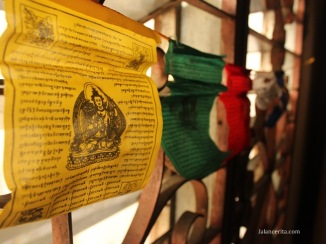 Kertas-kertas doa yang digantungkan di jendela rumah
