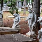 Mendengar Nisan-nisan Berbicara di Taman Prasasti